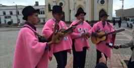 Ruana rosada en honor al deportista Nairo Quintana